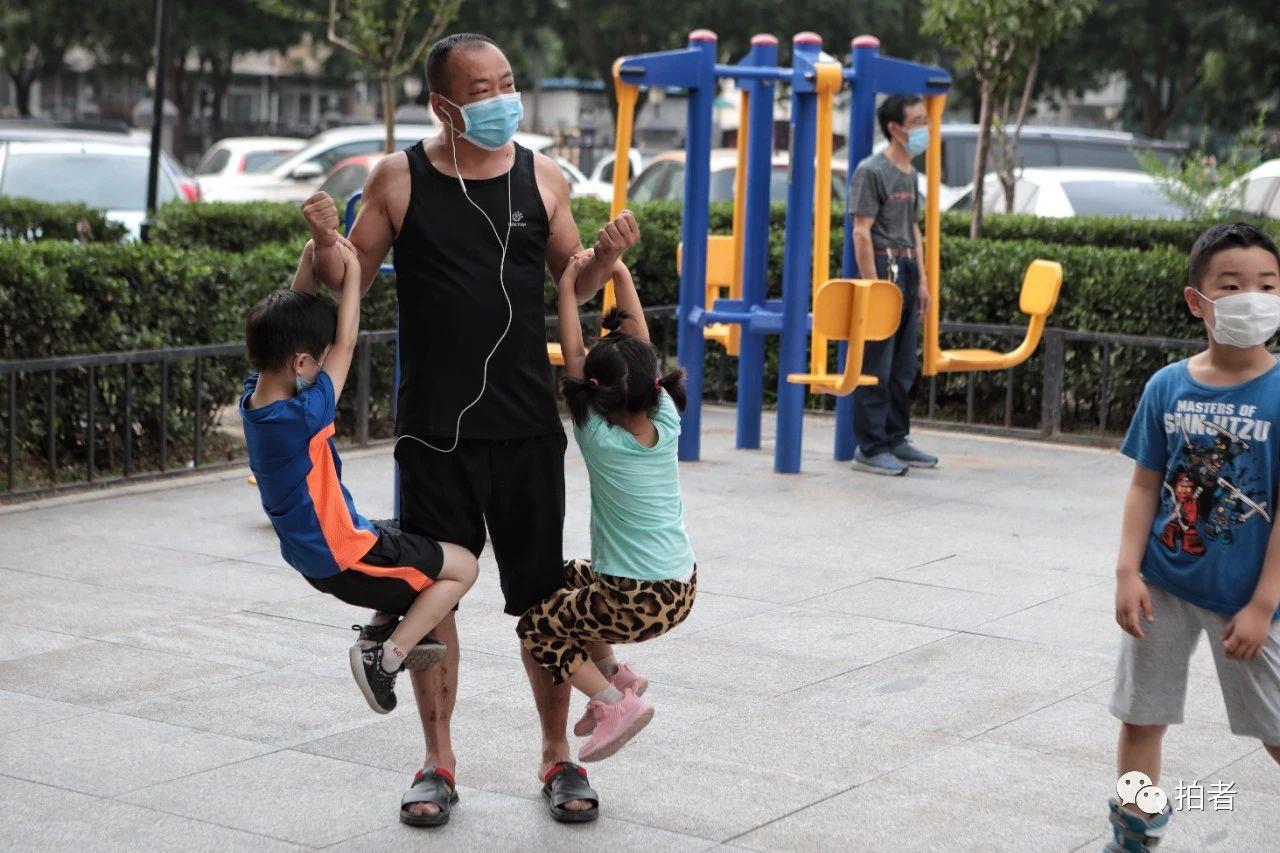 △6月20日,45歲的安先生和孩子們玩耍。