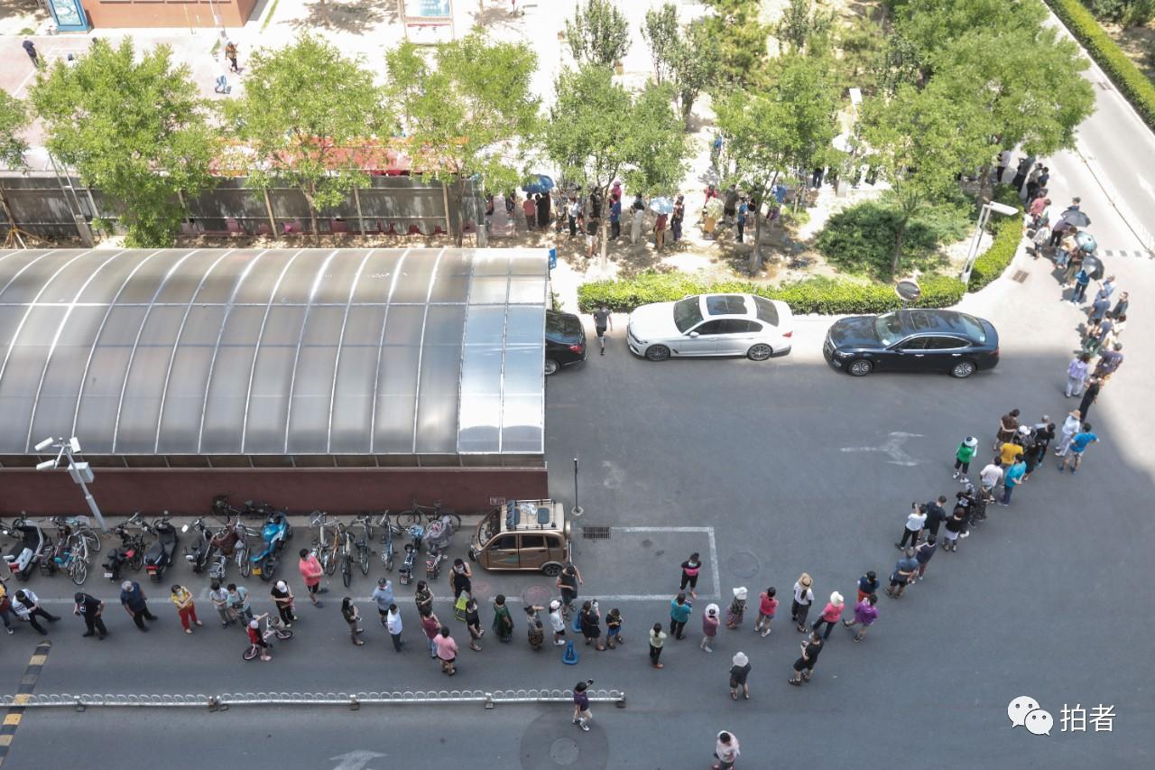 △6月16日,京鐵和園小區,社區居民排隊等待核酸檢測。