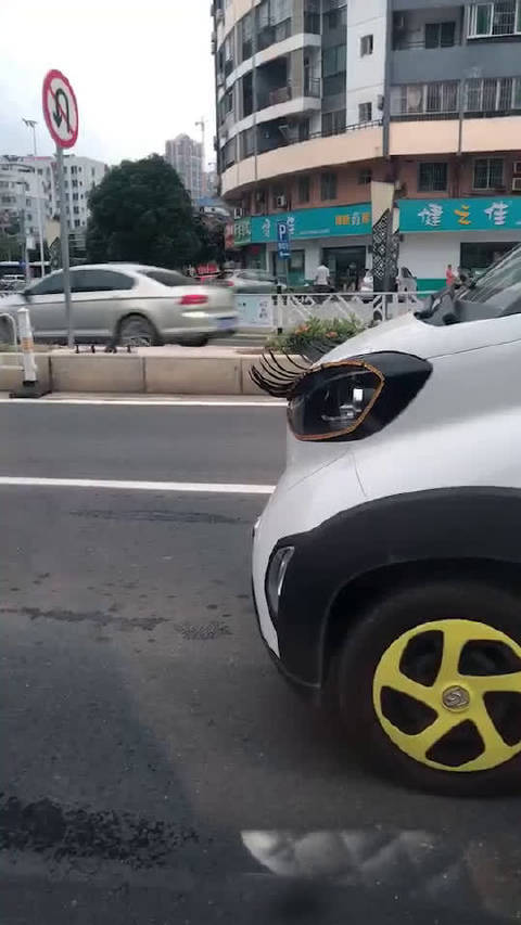 有睫毛的车???