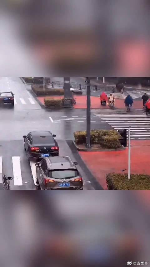 最美车窗抛物:暖心车主减速抛伞,感动雪中执勤交警。