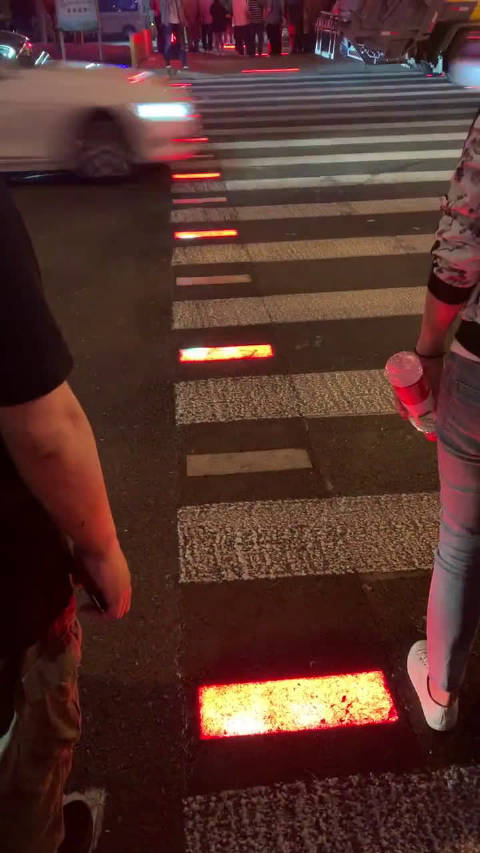 这样的斑马线,害怕走着走着跳起舞来了