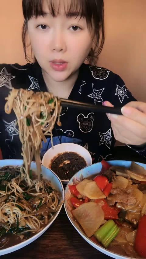 家常姐姐: 金针菇韭菜炒粉条,还有土豆炒肉