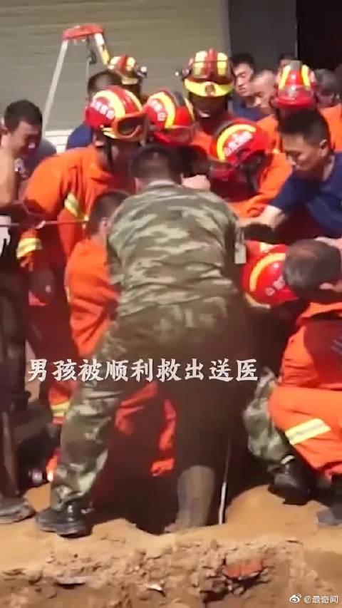 """""""磨也得下!""""男孩坠入20米深井,消防队员倒立下井救人"""