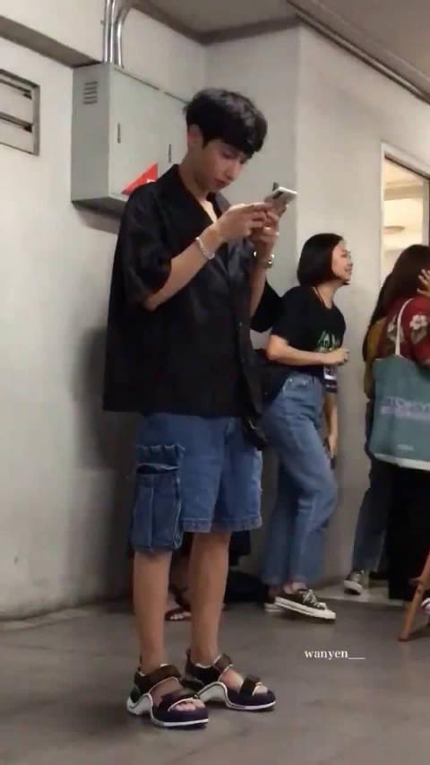 把手机揣兜里之前先看看自己的刘海有没有乱 cr:wanyan
