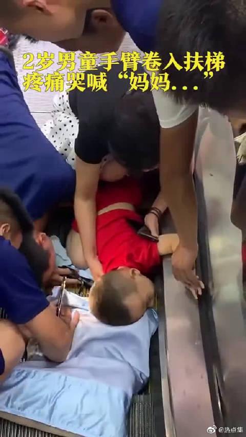 2岁幼童手臂卷进电梯,消防员紧急施救并不时安慰幼童