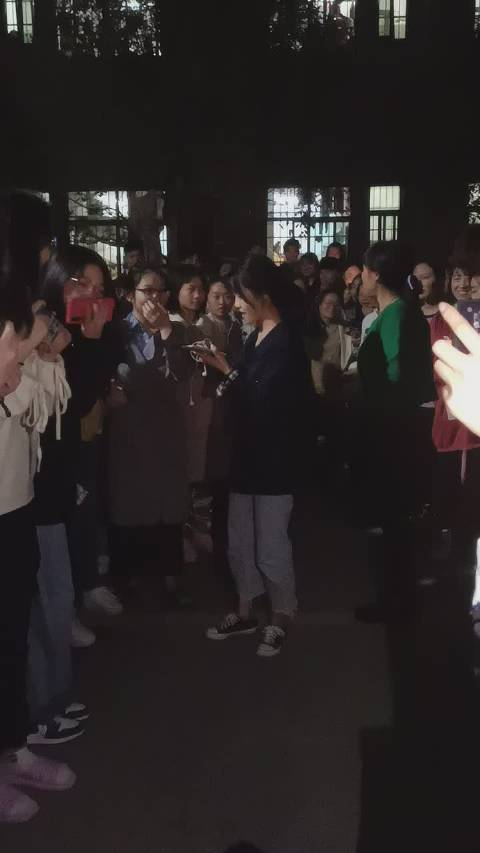 11月10日,湖南怀化学院西校区宿舍楼下