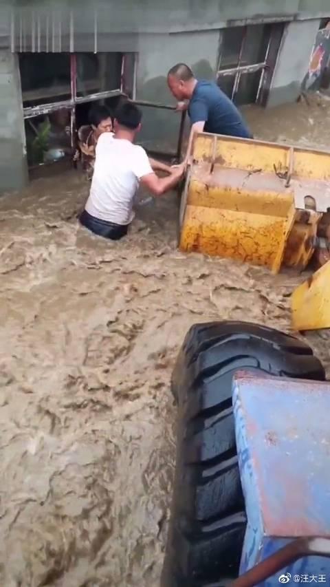 王强,34岁,洪水中他用自己的铲车救了上百人,如今他的真实身