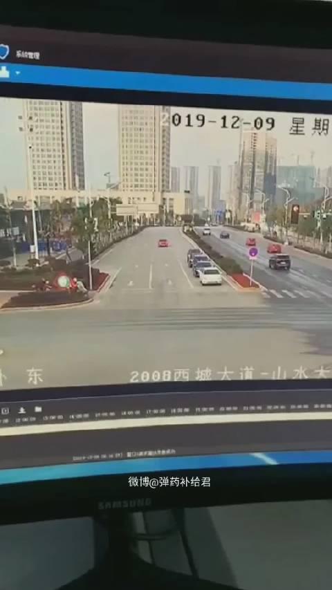 桂林一电动车闯红灯被撞飞!司机在空中旋转后狠狠的摔在了地上