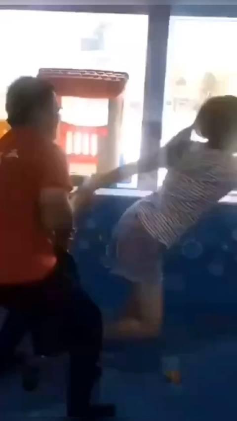 因争抢玩具发生碰撞,随后杨某某与女童母亲发生争执