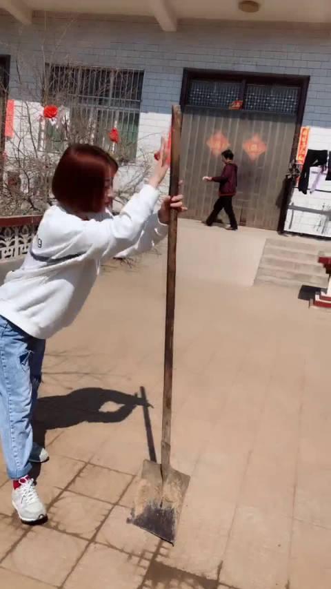 小姐姐:我曾把完整的铁锹弄断红人的诞生搞笑视频