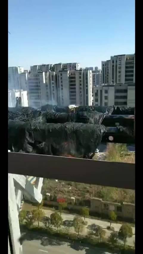 城东绿地商务城楼上扔烟头…