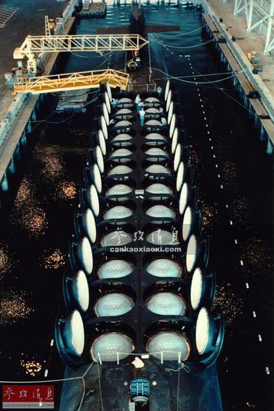 """资料图:美军俄亥俄级战略导弹核潜艇展示24座""""三叉戟""""潜射弹道导弹发射筒。"""