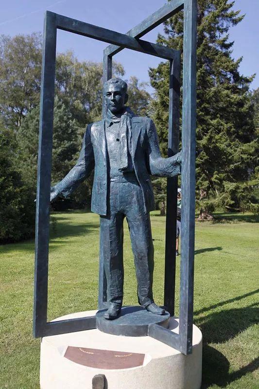 图为辛德贝格雕像。新华社记者林晶摄