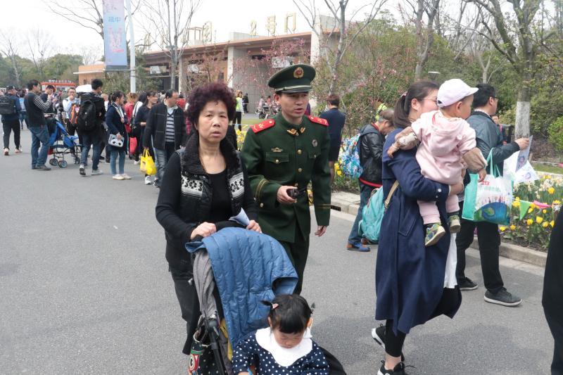 武警战士帮助游客。何舒俊 摄