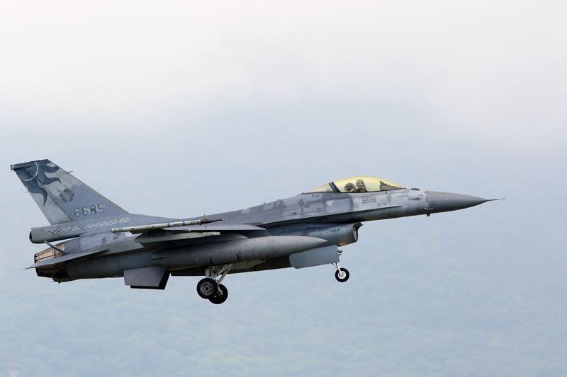 """台军F-16战机(图片来源:""""中央社"""")"""