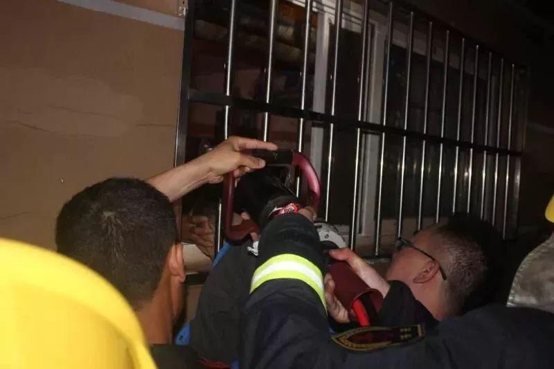 ▲消防官兵正在施救
