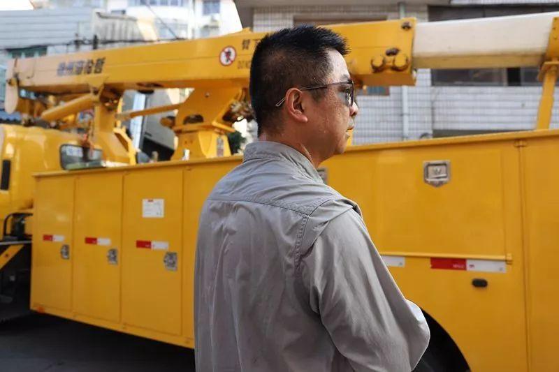 ▲7月24日,湖南常德澧县供电公司员工刘华操作完10千伏澧运线334线路带电作业后汗湿全身。