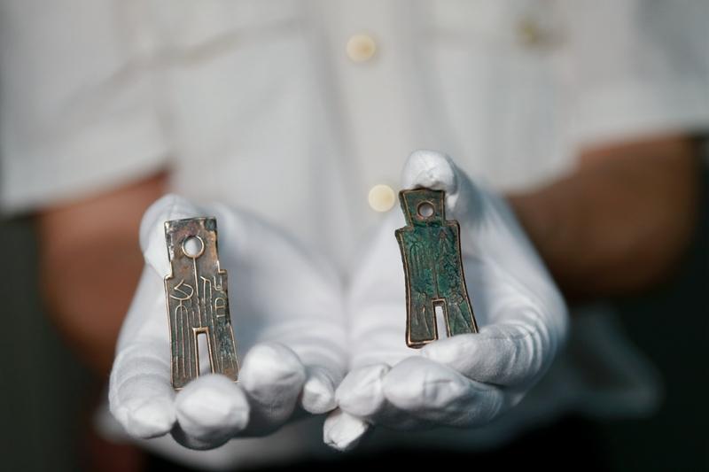 图为:海关移交的战国时期的铲形币