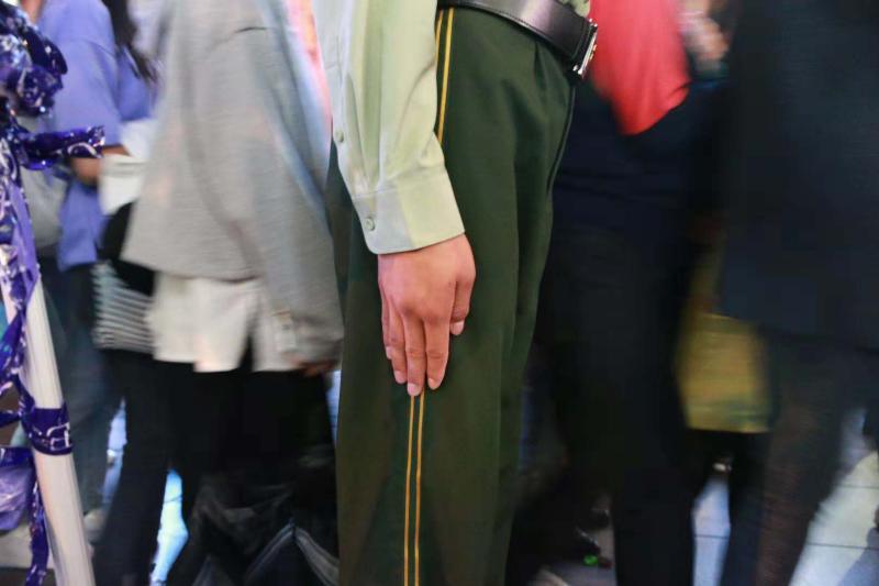 """上海南京路武警""""人墙""""背后的故事:女友突然出现,指导员特批两"""