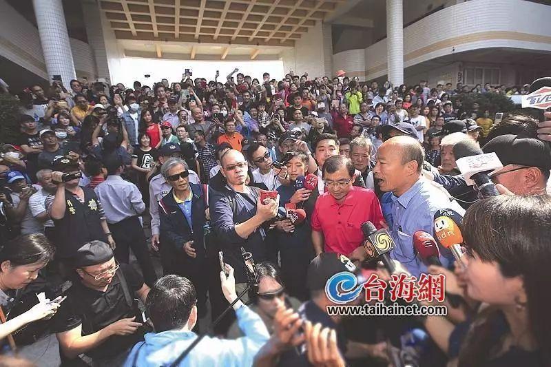 高雄市长当选人韩国瑜在众人簇拥下进场发表感言