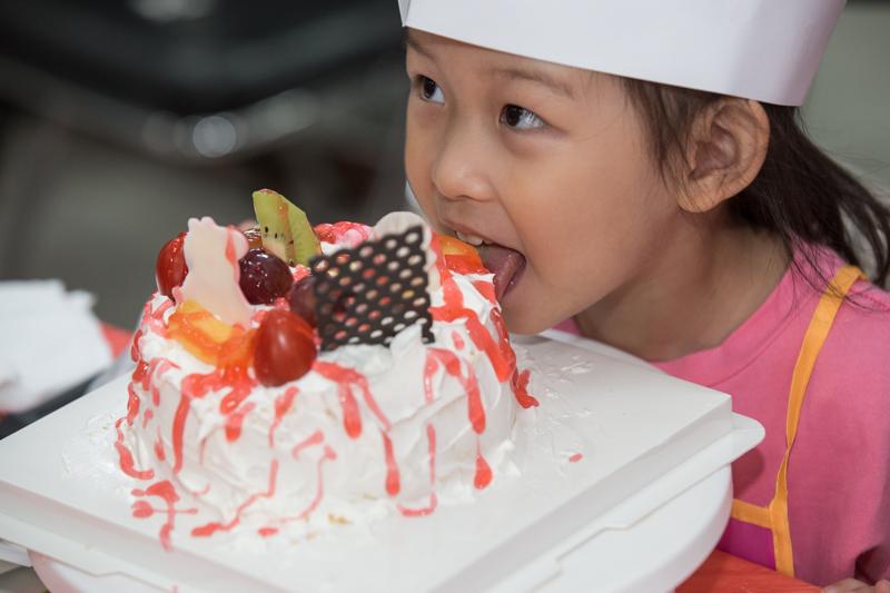 不可活 社区居民自制蛋糕为祖国庆生