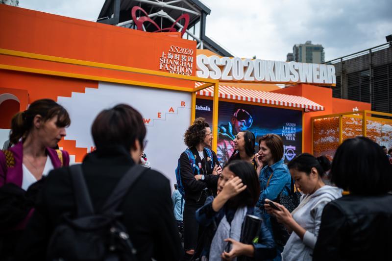 含着棒棒糖走T台,萌翻观众的童装秀落下上海时装周大幕