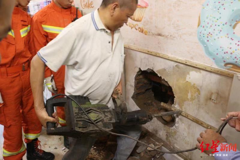 老人4楼坠落被困墙缝,缝隙不足30厘米宽,救援难度大…