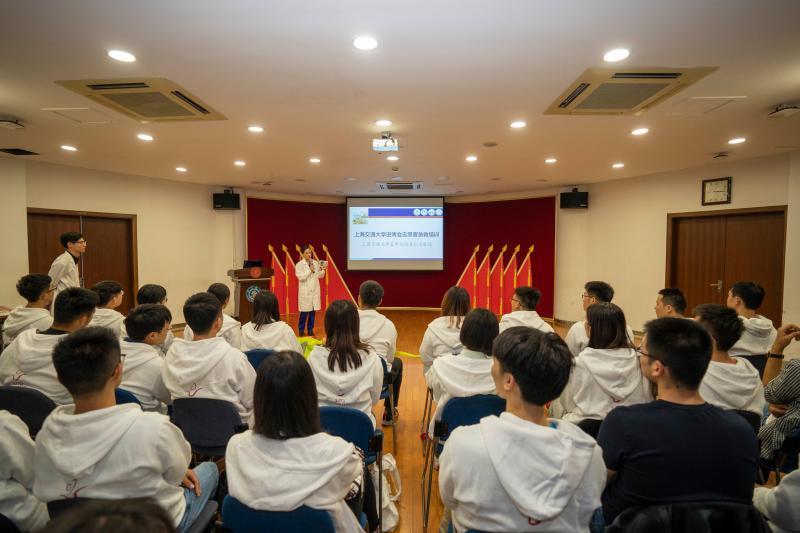 """""""小叶子""""练急救,上海交大140名进博会志愿者接受医疗培训"""