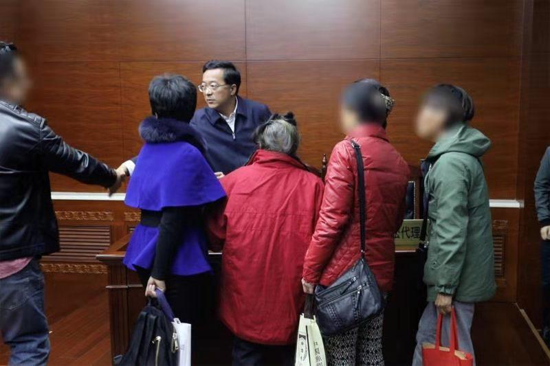 吉鑫娱乐 - 50多岁妻子却整天浓妆艳抹沉迷网络直播,丈夫报警求助:我被家暴了