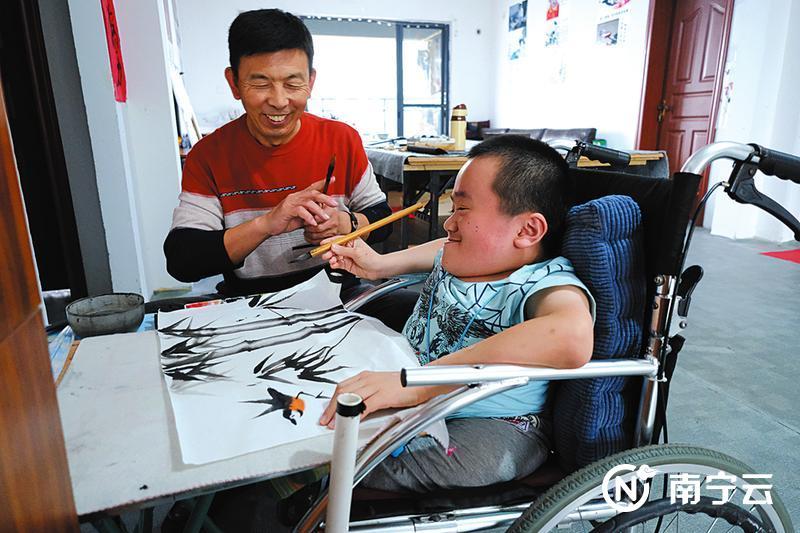 退休教师开绘画公益课 残疾孩子获新希望