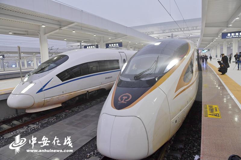 """当天上午七点十七分,g7787次复兴号动车载着阜阳人民的梦想正式驶入""""高铁时代"""""""