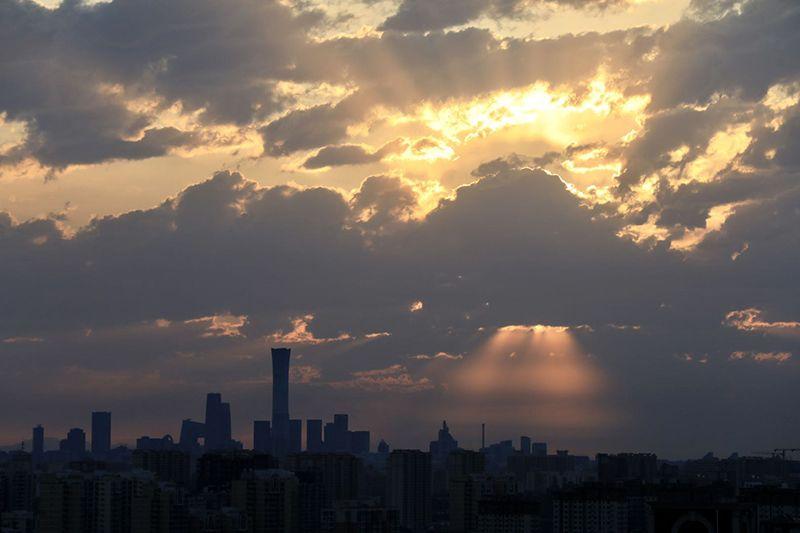惊艳!北京日出 天空现万丈霞光 | 组图图片