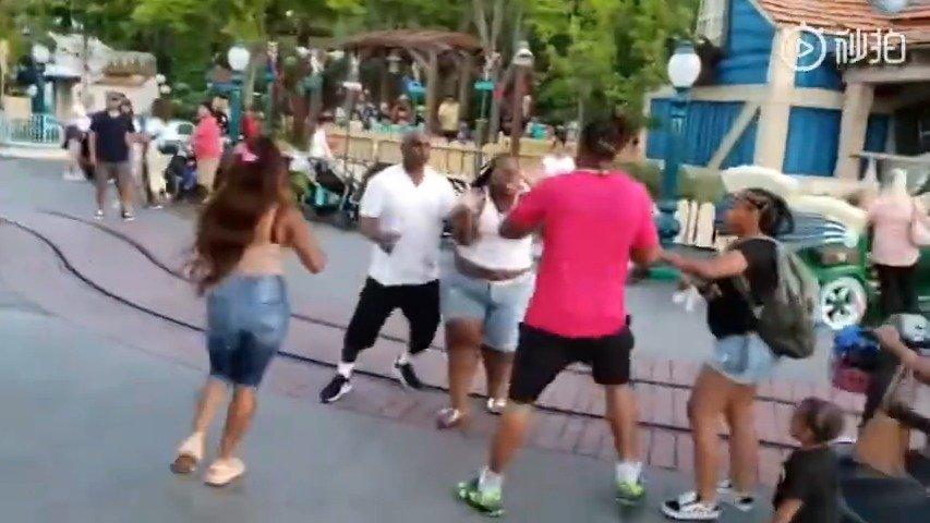 美国最近火到爆的迪士尼乐园打架!