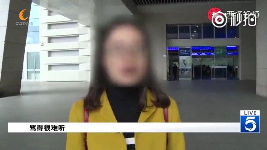 """成都:女子买火车票插队被人狠扇耳光摔倒在地""""谁让你插队"""