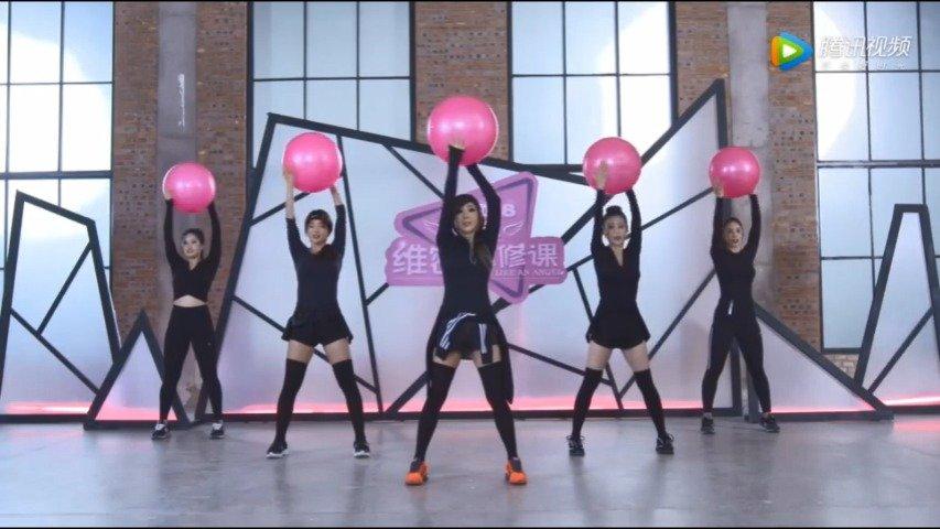 打造维密SLINE必修课利用小瑜伽球打造天鹅颈,做锁骨美女!