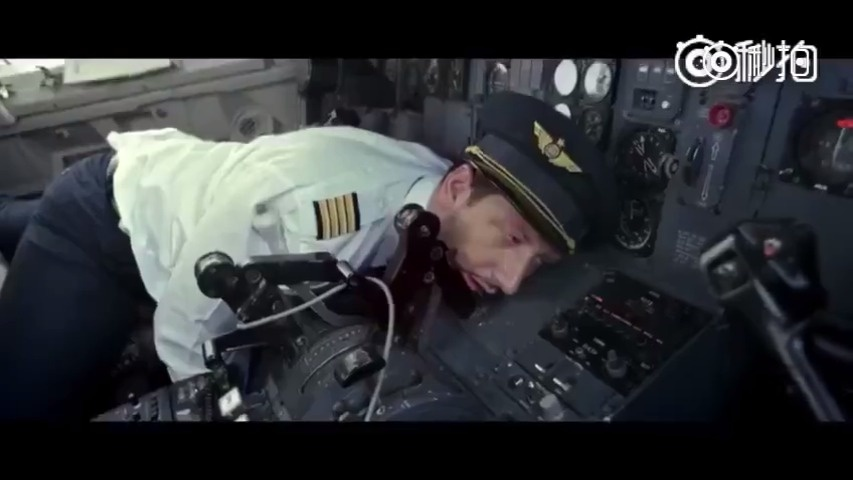 搞笑喜剧短片——当飞机上唯一一个空姐晕倒了,脑洞真的逆天