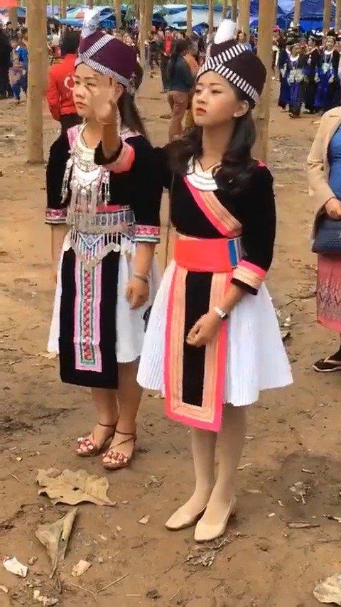 老挝相亲仪式:看到喜欢的姑娘就丢过去,女方必须接