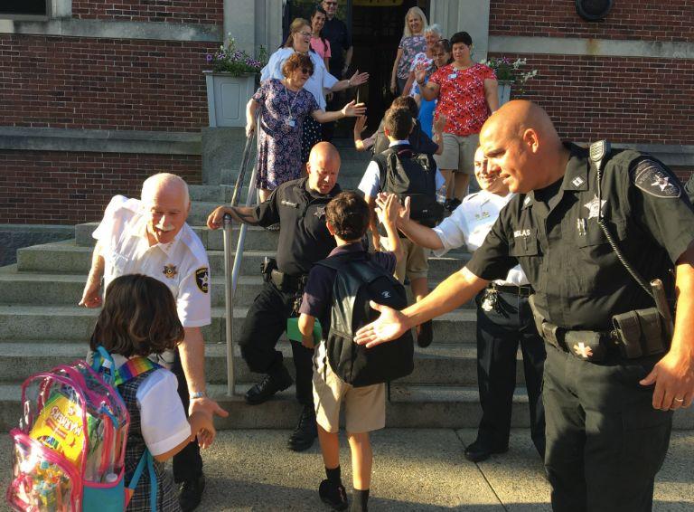 布里斯托警少办公室的警民受邀参与本地一所小教的开教尾日欢送式。/布里斯托警少办公室推特截图