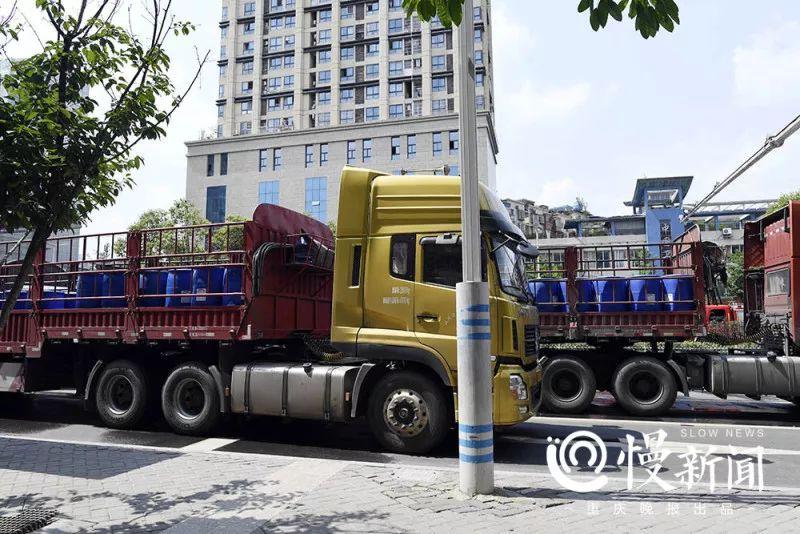 因为消耗量太大,重载卡车运来了化学消防药水