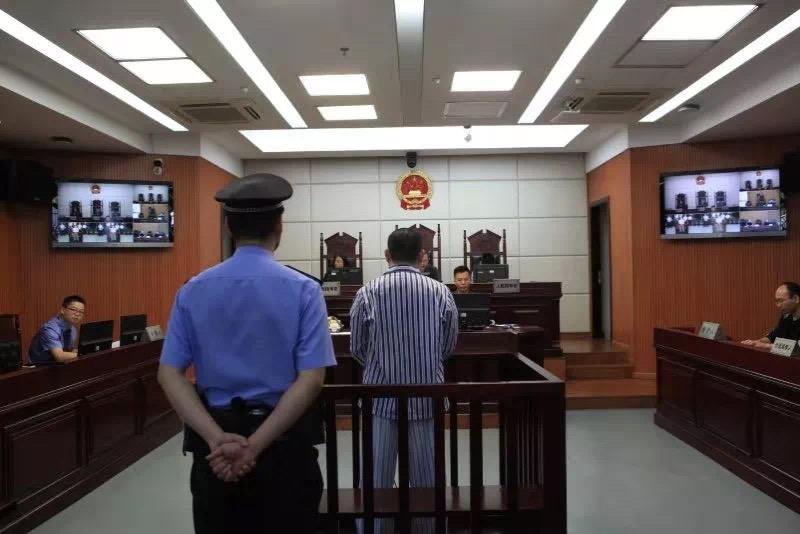 闯祸男子田某,穿着病号服受审。图片泉源:瓯海法院