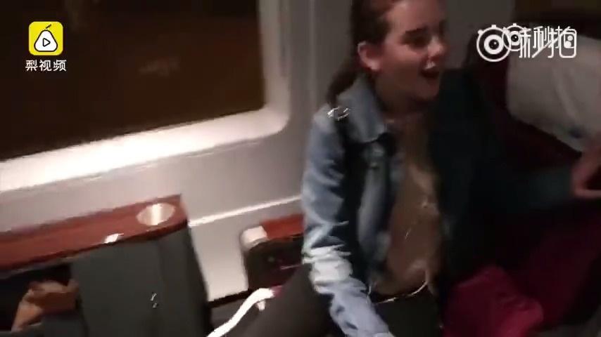 美国妹子乘坐中国高铁商务舱,被豪华设施和宽敞环境惊得张大嘴巴