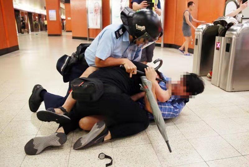 身脱蓝色格子衫的喷鼻港市平易近辅佐港警礼服大盗。滥觞:港媒