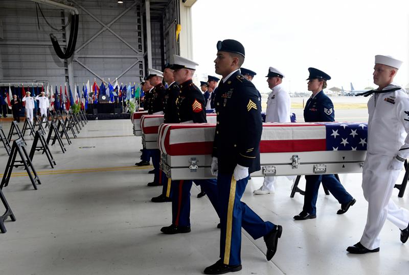 4名不同军种的士兵负责抬棺。(韩联社)