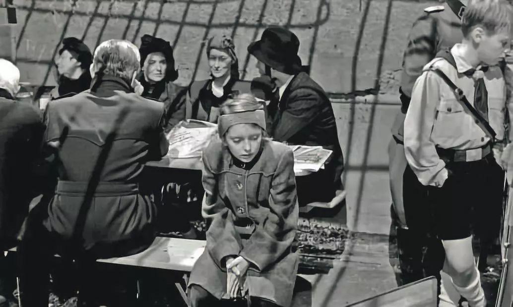 ▲1987年,彼得汉德克参与编剧的 《柏林苍穹下》 荣获第40 届戛纳国际电影节最佳导演奖,并提名金棕榈奖。影视截图