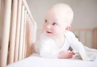 宝宝摔倒之后,你是马上把宝宝抱起来吗?很多妈妈的做法都是错的……