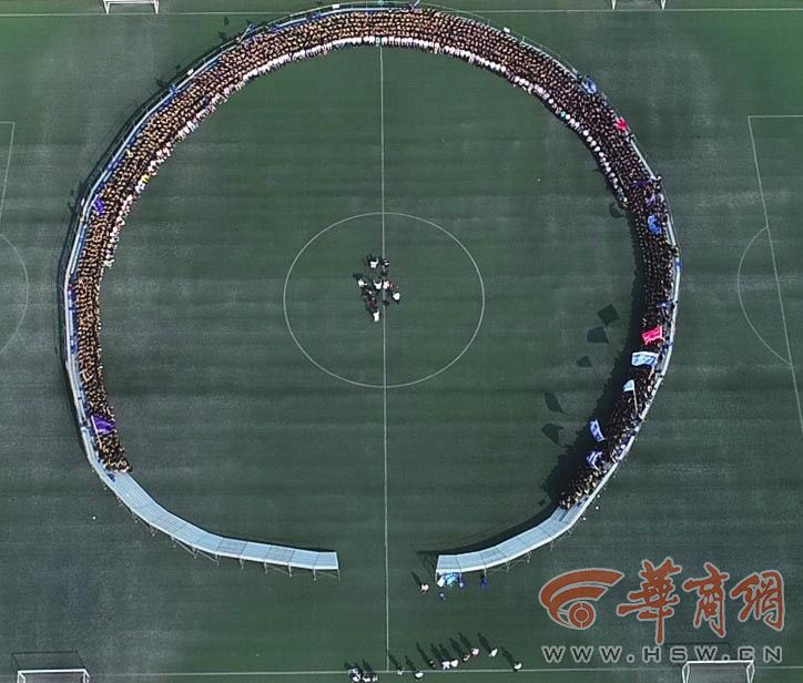 这张毕业照火了 全校5千名毕业生参与洗出来长4米