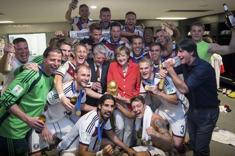 巴西世界杯决赛后,默克尔与德国国家队合影。