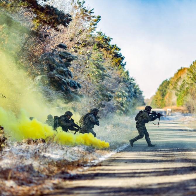 美军演习期间夜里点燃篝火,队友一阵猛冲猛打后发现被戏弄了