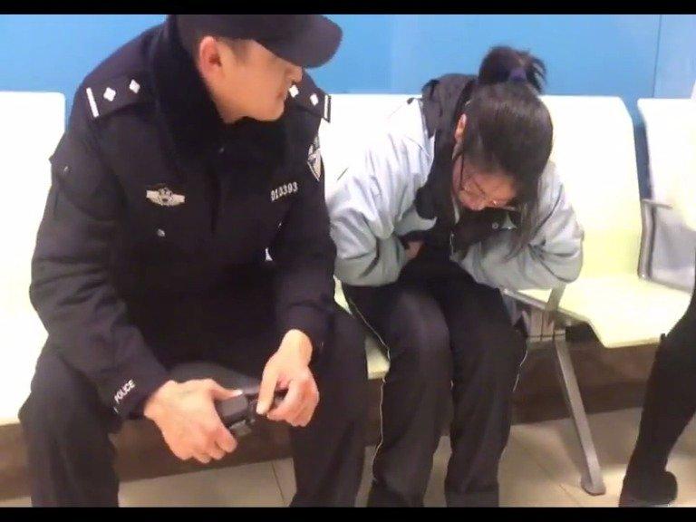高一女生突发胃痉挛  幸遇巡逻民警紧急送医