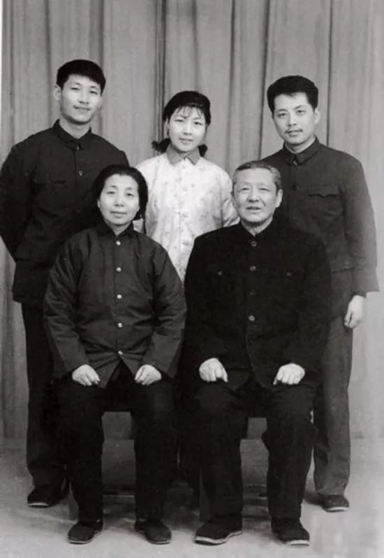 △1975年,习仲勋和同心与儿女在洛阳红旗照相馆合影。后排左起:儿子习近平、女儿习安安、女婿吴龙。来历:《习仲勋画传》